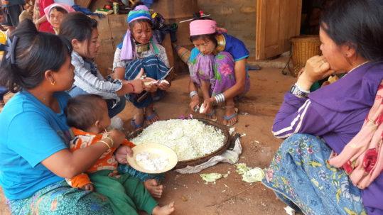 Preparation de ceremonie_FemmesGirafes - Tawkay (Myanmar)