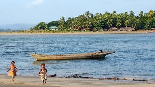 Enfants courants sur le sable - Gwa (Myanmar)