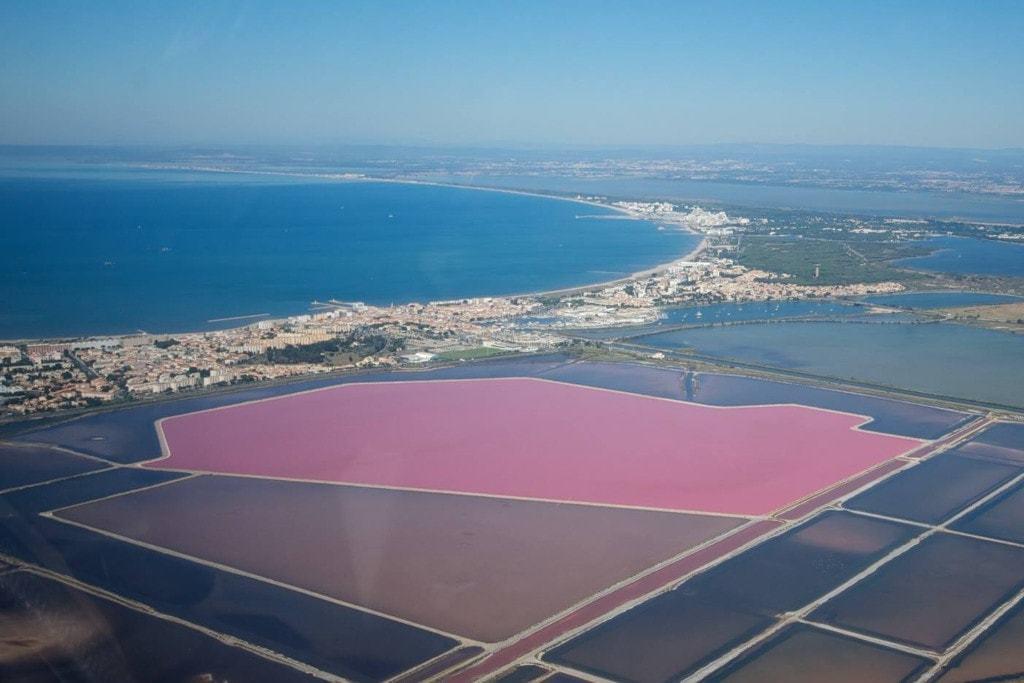 Le lac rose de France appelé le Salins d'Aigues Mortes - les plus beaux paysages du monde observables en France