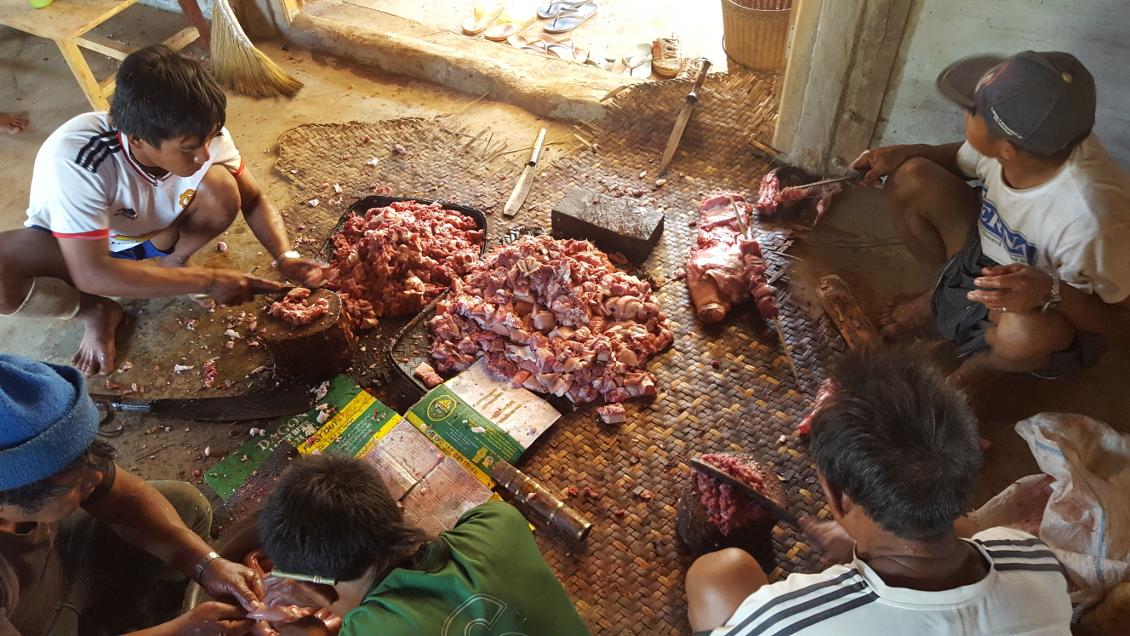 Preparation de la viande - Femmes girafes de Loikaw (Myanmar)