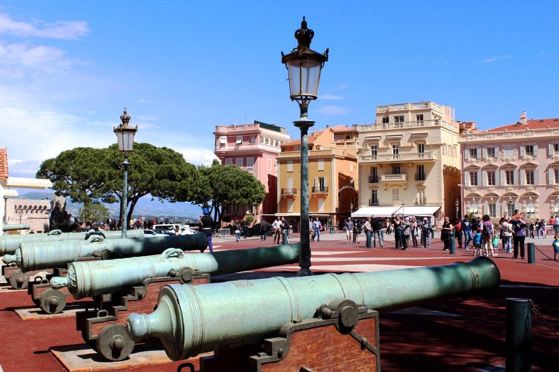 Vue sur la place du palais à Monaco