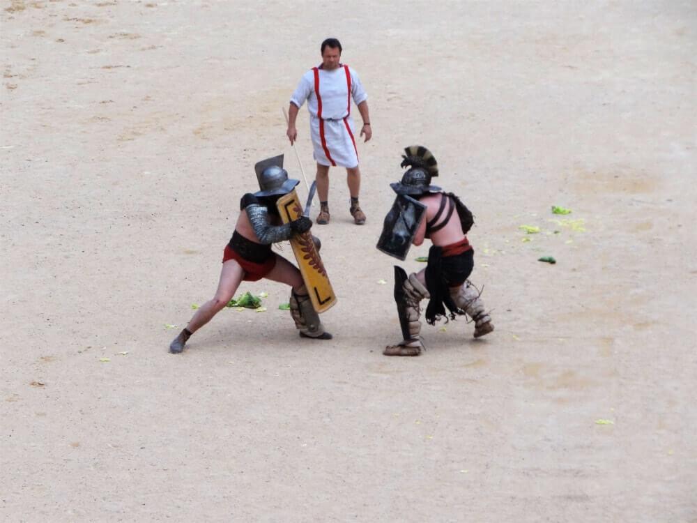 Grands jeux romains de Nimes combat de gladiateurs dans les arènes