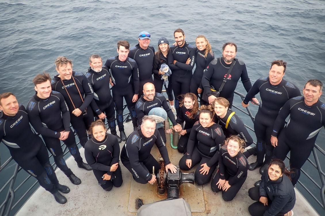 Plonger avec grand requin blanc lequipe du bateau