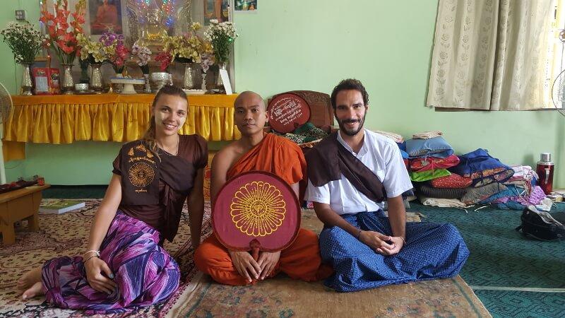 Voyage responsable - rencontre avec un moine boudhiste - du soleil dans les poches _ blog voyage